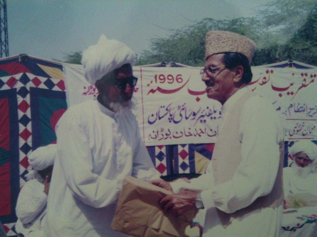 بوستان احمد خان مرحوم کو آدھی سرگل پر ملک فیروز صاحب  بوڑانہ ویلفیر سوساءٹی کی تقریب میں خوش آمدید کہتے ہوءے۔ سال 1996